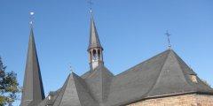 Dach einer Kirche mit Schiefer eingedeckt